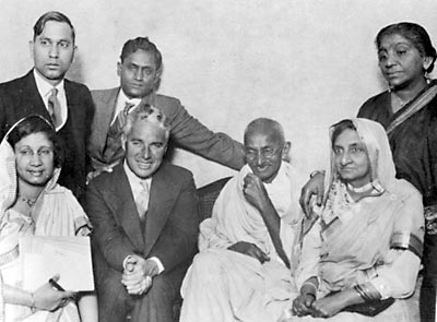 MG-194. Mahatma Gandhi with Charlie Chaplin at Canning Town, London, September 22, 1931.    Mahatma Gandhi mit Charlie Chaplin und anderen in Canning Town (London) am 22. September 1931.